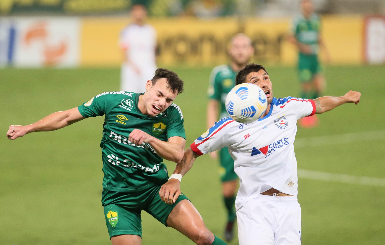Danilo Gomes, jogador do Cuiabá, disputa lance com Mugni, jogador do Bahia, dura