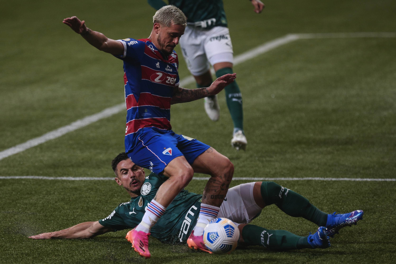 Willian, jogador do Palmeiras, disputa lance com jogador do Fortaleza durante pa