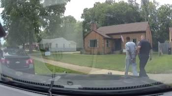 Homem mostrava residência para pai e filho negros; os três acabaram algemados em abordagem policial em Michigan