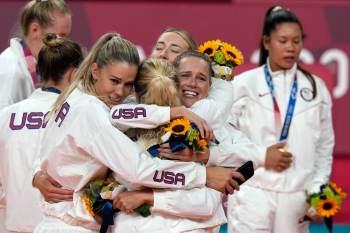 Com vitórias no basquete e no vôlei femininos neste domingo (8), norte-americanos terminam Jogos com 39 medalhas de ouro – uma a mais que a China