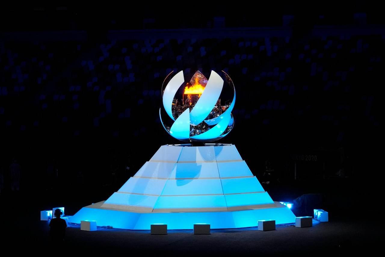 Pira olímpica sendo desligada no encerramento das Olimpíadas