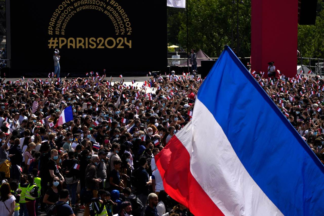 Franceses aglomerados em frente à Torre Eiffel em evento das Olimpíadas de Paris