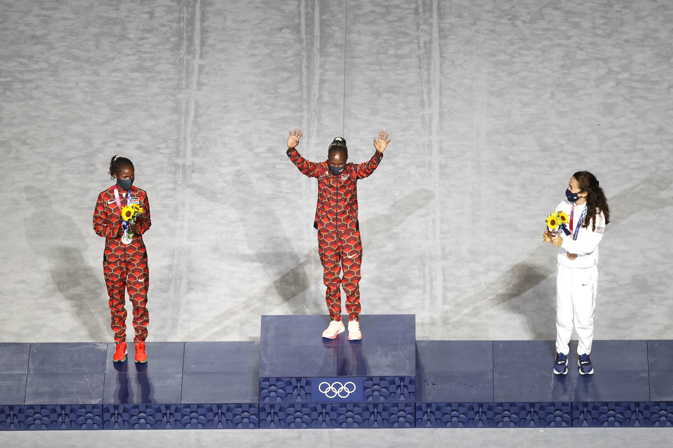 Medalhistas na maratona das Olimpíadas 2020 na cerimônia de encerramento
