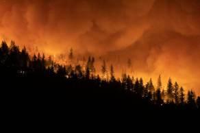 Nenhuma morte foi atribuída ao incêndio até o momento, mas ao menos três pessoas estão desaparecidas; veja imagens