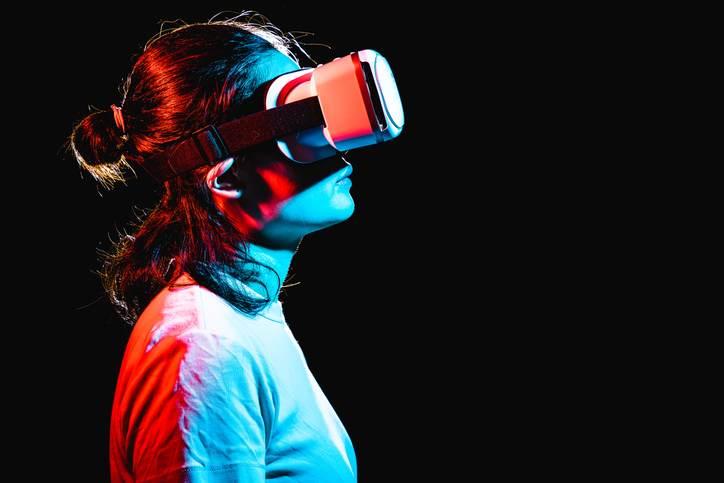 Mulher usando lentes de realidade virtual