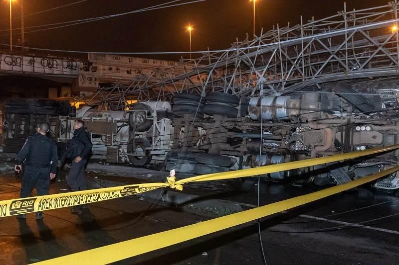Um acidente entre um caminhão e um veículo de passeio derrubou a passarela provi