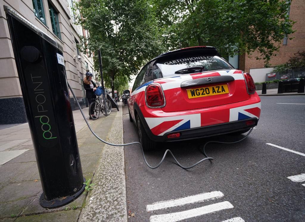 Carro elétrico abastecendo nas ruas de Londres