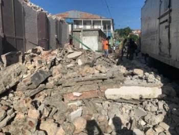 A região continua a ver tremores secundários, com o maior até agora medindo uma magnitude de 5,2, de acordo com o USGS