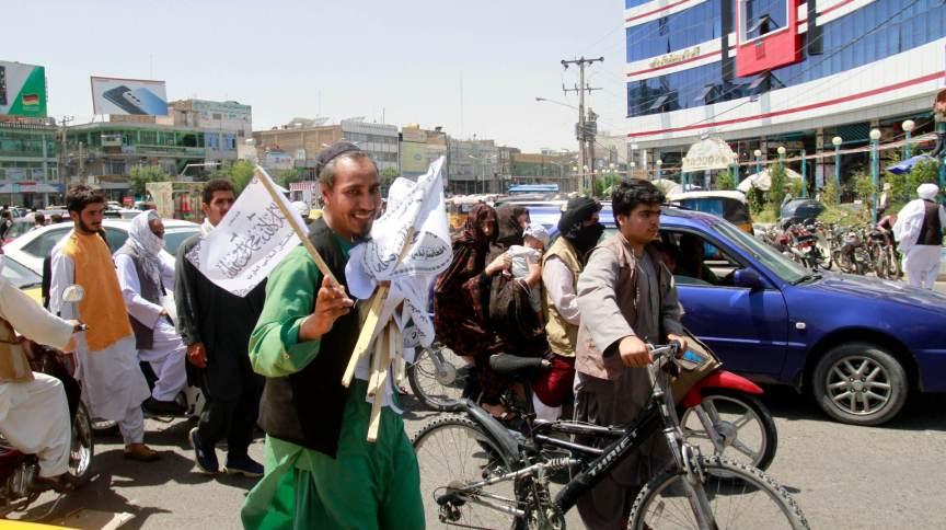 Afegão vende bandeiras do Talibã na cidade de Herat, no oeste de Cabul