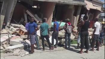 Sem preparo nem equipamentos, população ajuda a socorrer quem foi soterrado devido à falta de equipes de resgate