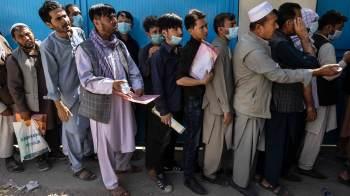 Grupo islâmico Talibã derrubou governo do país; no fim de semana, milhares deixaram capital Cabul, incluindo o presidente Ashraf Ghani