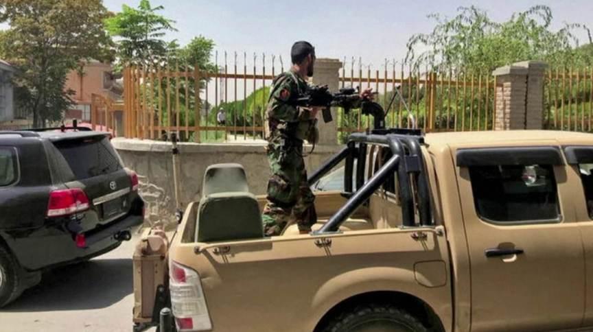 Militar do Afeganistão vigia embaixada dos Estados Unidos em Cabul