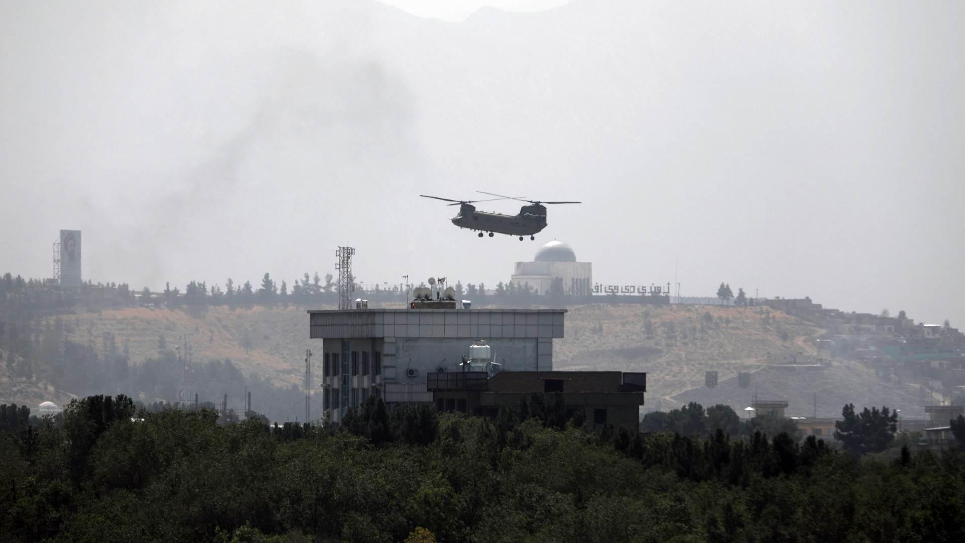 Helicóptero dos EUA é visto sobrevoando embaixada norte-americana em Cabul