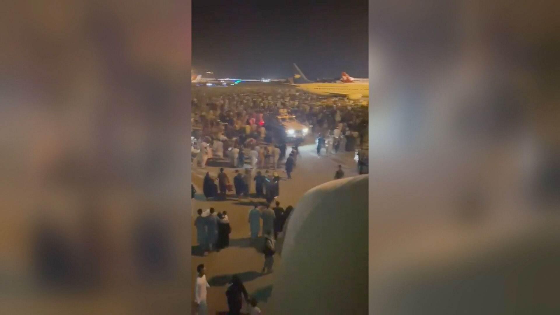 População invade pista de aeroporto em Cabul (15.Ago.2021)