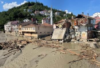 Enchentes provocaram caos com dezenas de carros e pilhas de destroços pelas ruas, além da destruição de edifícios e pontes