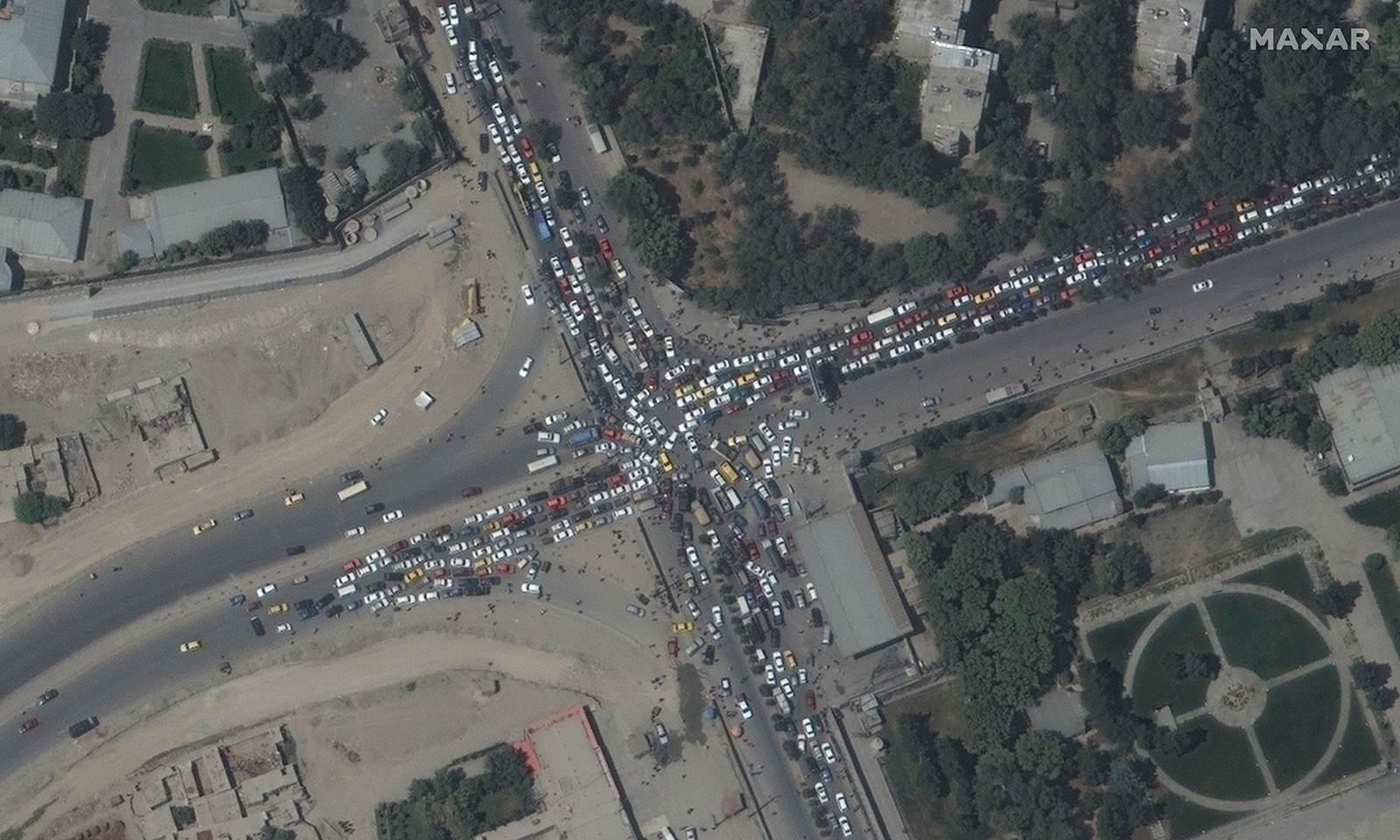 Engarrafamento é visto perto do aeroporto de Cabul, no Afeganistão/Maxar Technol
