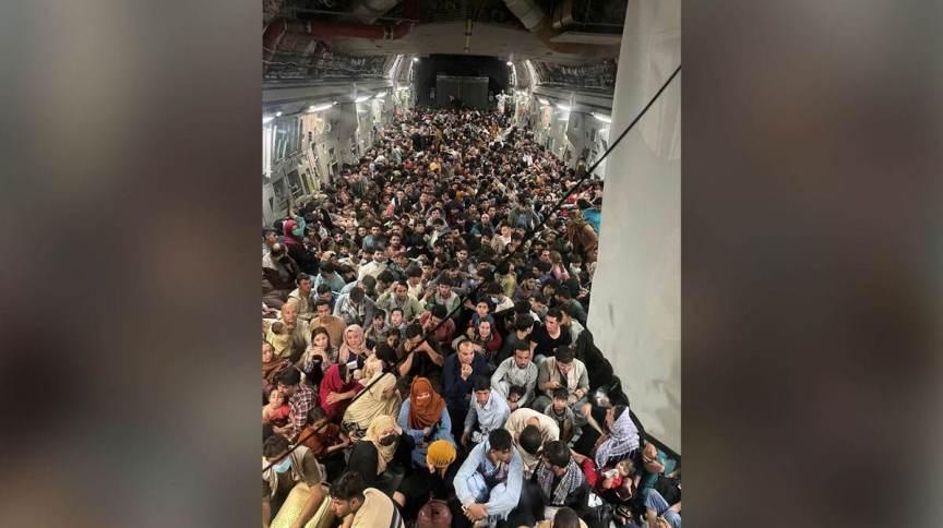 Afeganistão: foto revela mais de 600 afegãos em avião militar de carga da Força Aérea dos Estados Unidos