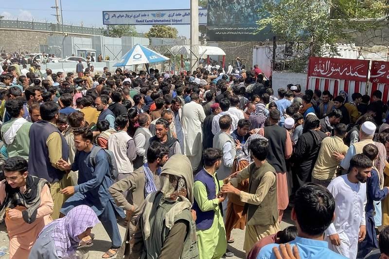 Afegãos tentam deixar o país após o Talibã assumir o comando