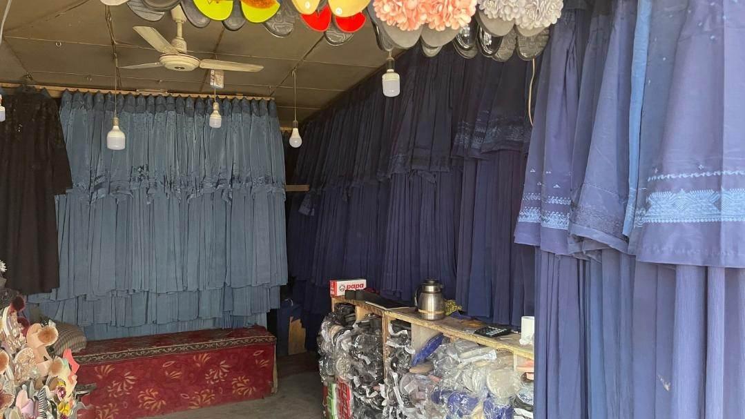 Burcas à venda em mercado em Cabul