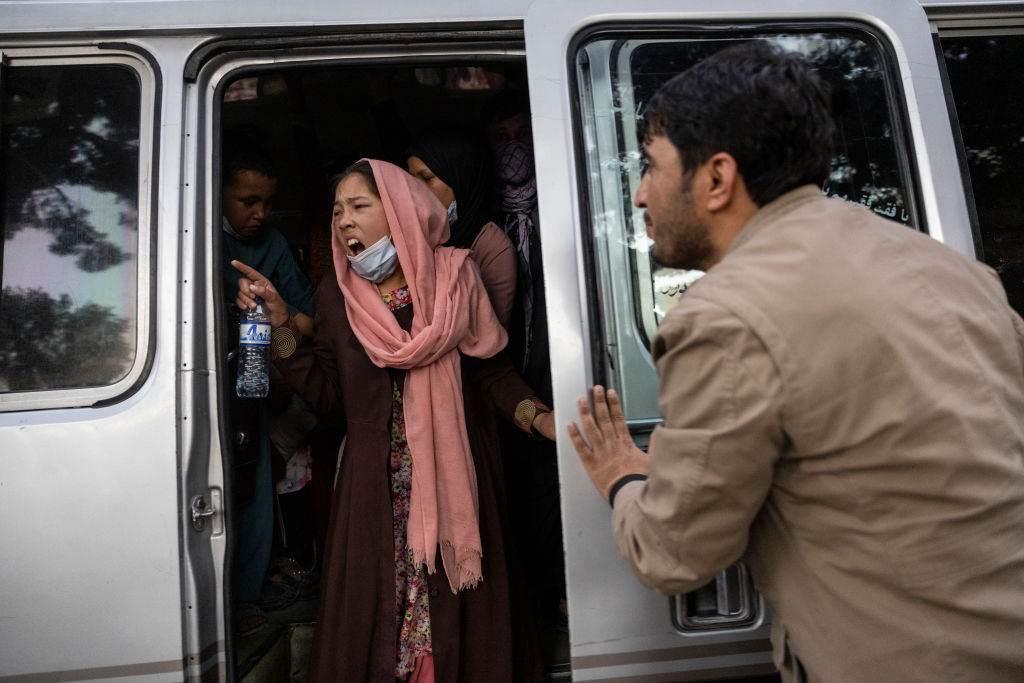 Mulher chama familiares durante evacuação de cidades