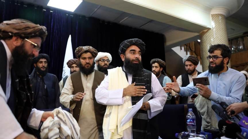 Zabihullah Mujahid (C), porta-voz do Talibã, em entrevista coletiva em Cabul