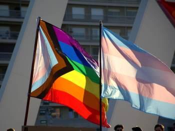 Bandeira atual do Orgulho teria a inclusão da bandeira trans e duas faixas representando a população negra