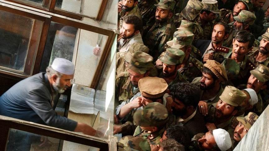 Foto de arquivo: soldados afegãos se aglomeram para trocar notas antigas por novas no Banco Central do país, em 9 de outubro de 2002, em Cabul, Afeganistão