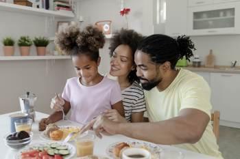 Pesquisadores alertam que o horário em que comemos afeta nosso corpo e pode favorecer o desenvolvimento da obesidade, doenças cardiovasculares e insônia