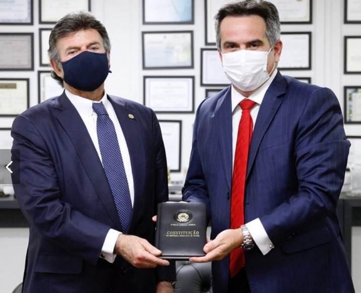 Fux e Ciro Nogueira seguram a Constituição Federal