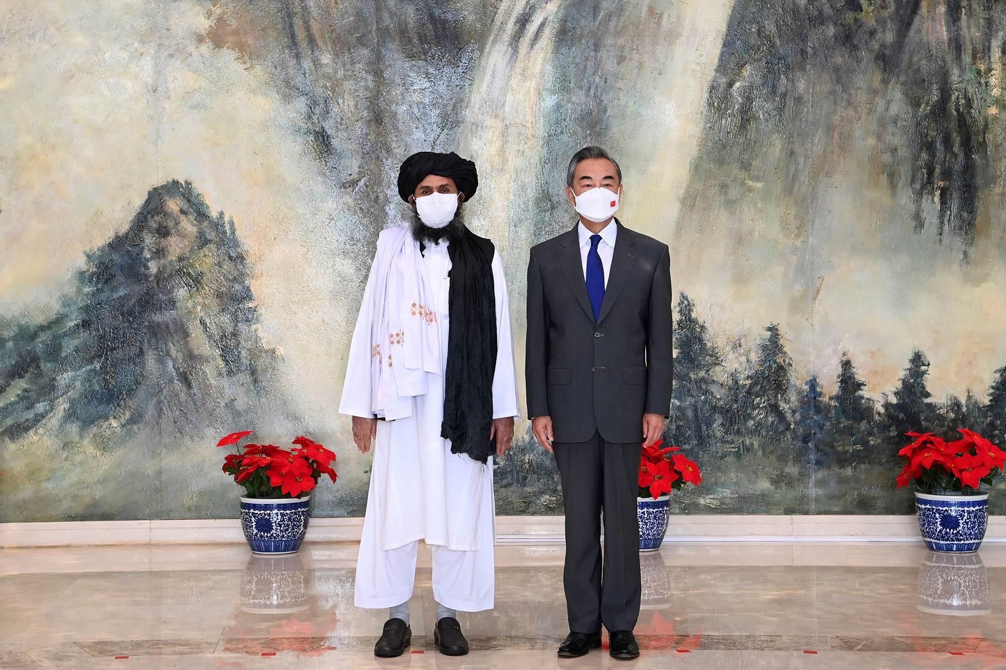 O cofundador do Talibã, Mullah Abdul Ghani Baradar, à esquerda, e o ministro das