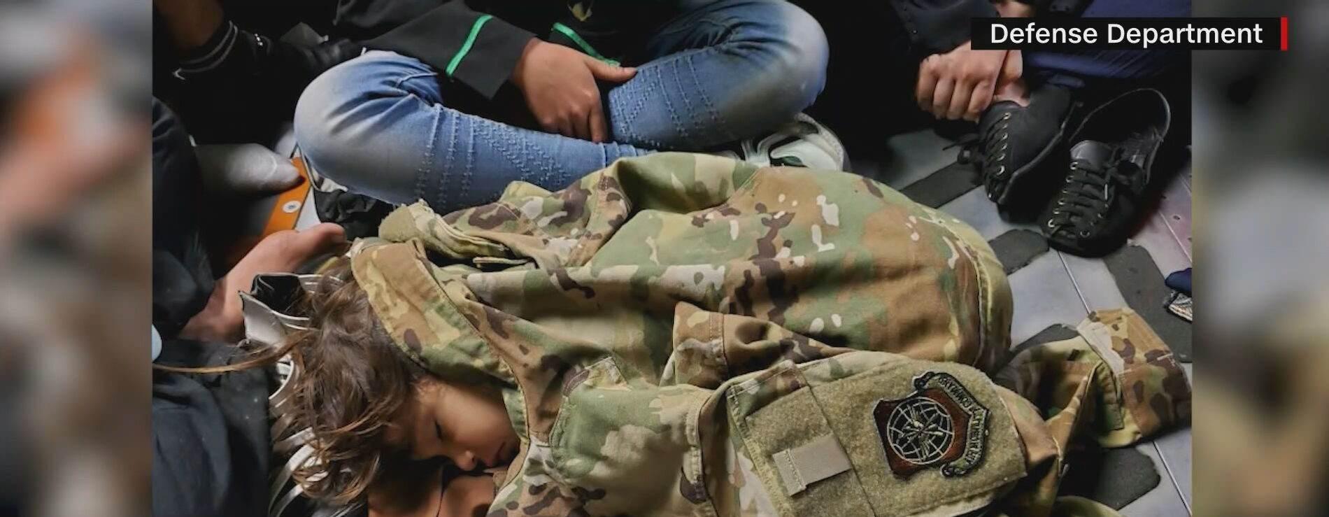Soldado americano puxa criança afegã por cima de muro de aeroporto em Cabul