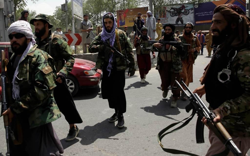 Combatentes do Talibã patrulham as ruas de Cabul nesta quinta-feira (19)