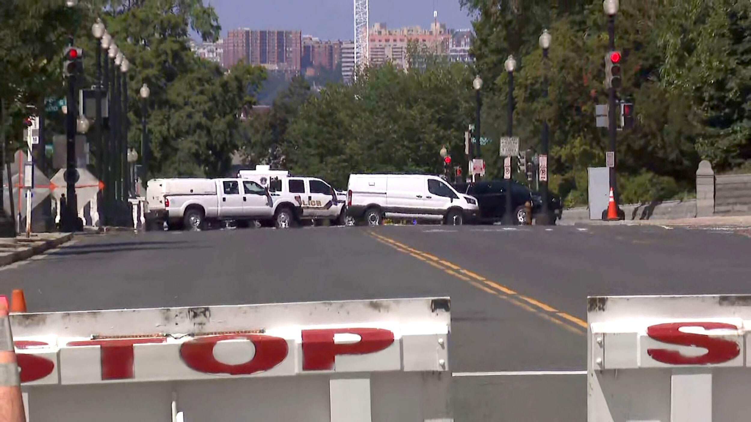 Policiais cercaram um homem com possíveis explosivos