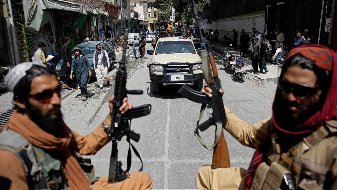 Combatentes do Talibã patrulham rua em Cabul