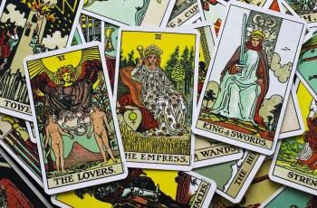 Vídeos de rituais, feitiços, cristais de cura, leituras de cartas de tarô e previsões astrológicas têm acumulado milhões de views