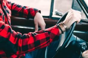 Atos simples ao conduzir podem parecer corriqueiros, mas infringem o Código Brasileiro de Trânsito