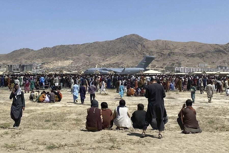 Afegãos tentam deixar o país em aeronaves americanas