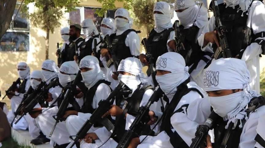 Combatentes do Talibã com armas de ataque dos EUA são fotografados em um desfile do Dia da Independência na cidade de Qalat, Afeganistão, na quinta-feira (19)