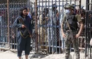 Fronteiras com Paquistão começam a se encher e país afirma que não tem capacidade de receber mais refugiados