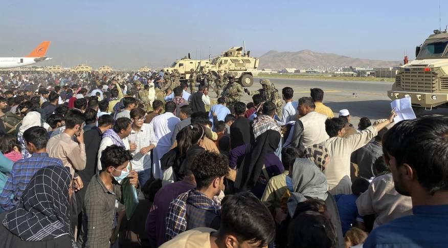 Soldados dos EUA isolam pista do aeroporto da Cabul, no Afeganistão