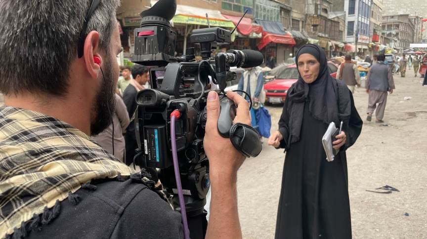 Correspondente da CNN Internacional Clarissa Ward durante cobertura em Cabul