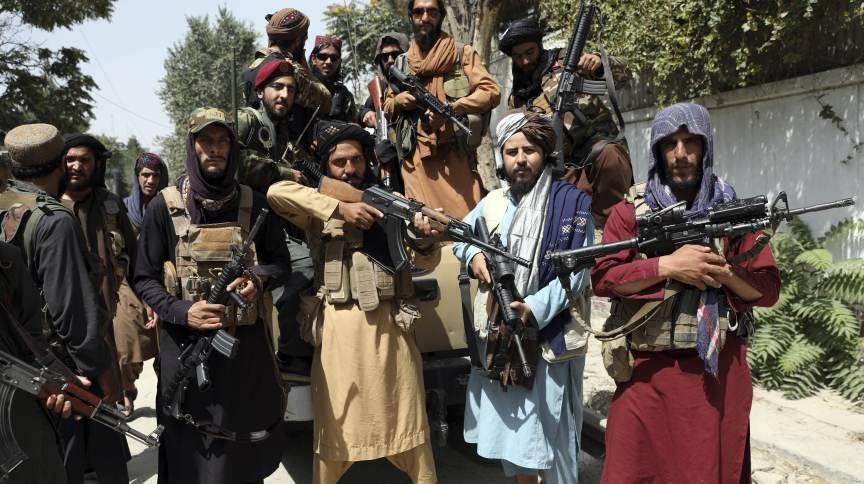 """Combatentes do Talibã exibem armas nas ruas de Cabul na quinta-feira (19), durante o """"Dia da Independência do Afeganistão"""""""