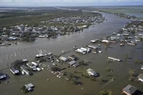 Homem morreu após tentar dirigir seu veículo em uma enchente em Nova Orleans