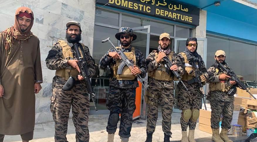 Combatentes do Talibã do lado de fora do embarque nacional no aeroporto de Cabul
