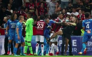 Jogo entre Nice e o Olympique de Marseille foi interrompido aos 75 minutos – quando a equipe da casa vencia por 1 a 0 – após torcedores arremessarem garrafas de água e entrarem no gramado