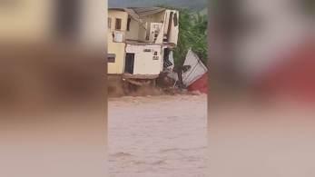 Fenômeno chegou ao país como furacão de categoria 1, causou enormes alagamentos e matou uma pessoa