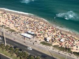 Temperatura média de 33ºC fez cariocas lotarem praias neste domingo (22); prefeitura mantém recomendações de distanciamento social e uso de máscaras