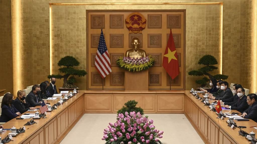 Comandada por Kamala (E), delegação dos EUA se reúne com governo do Vietnã em Hanói