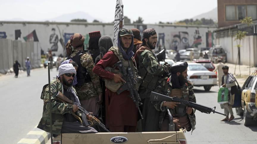Combatentes do Talibã patrulham as ruas de Cabul