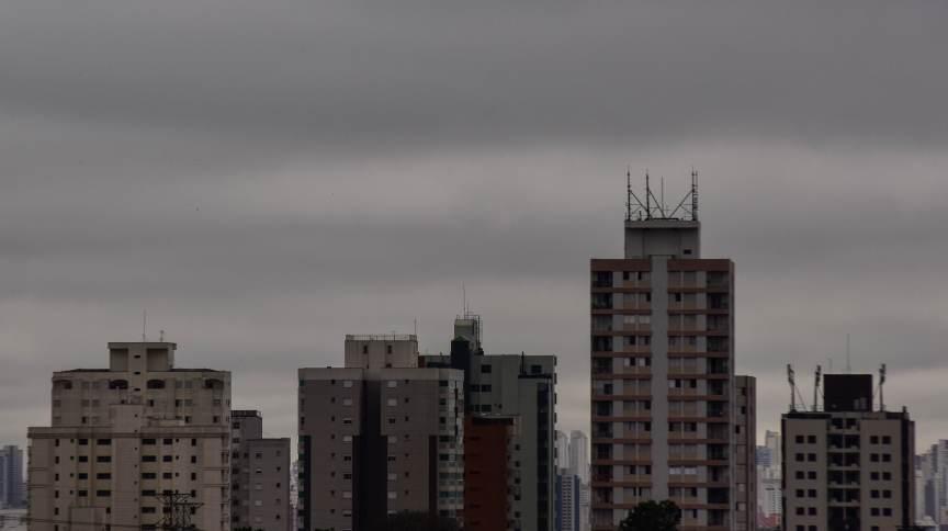São Paulo tem tempo fechado, chuva rápida isolada, e queda na temperatura devido a propagação de frente fria, na sexta feira (27)